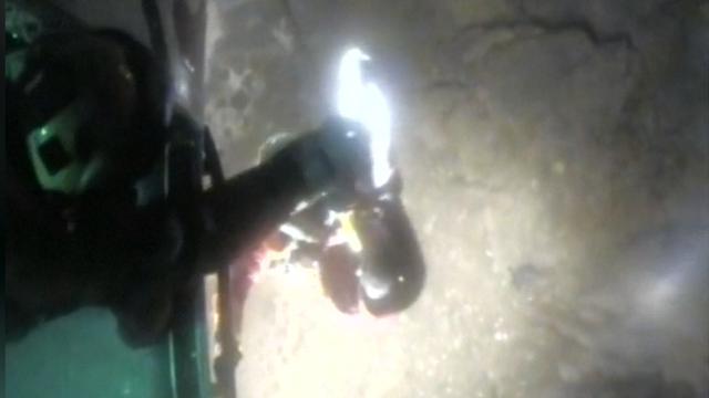 Britse kustwacht redt met helikopter man van rots in zee