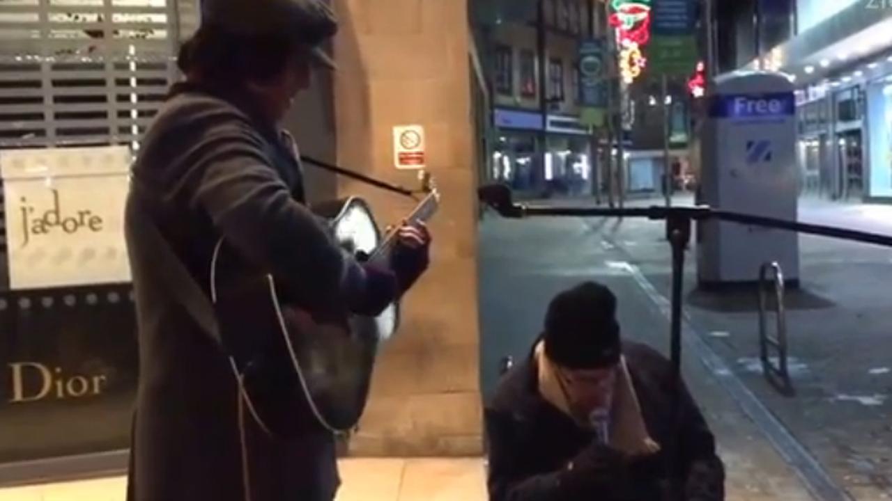 Daklozen geven geweldig straatoptreden
