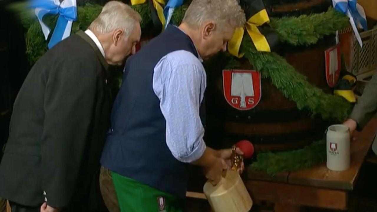 Burgemeester München slaat eerste vat bier aan op Oktoberfest