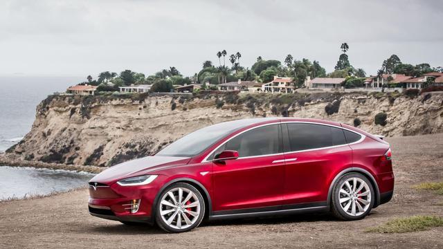 Tesla rijdt in Engeland over auto tegen Mercedes-dealer aan