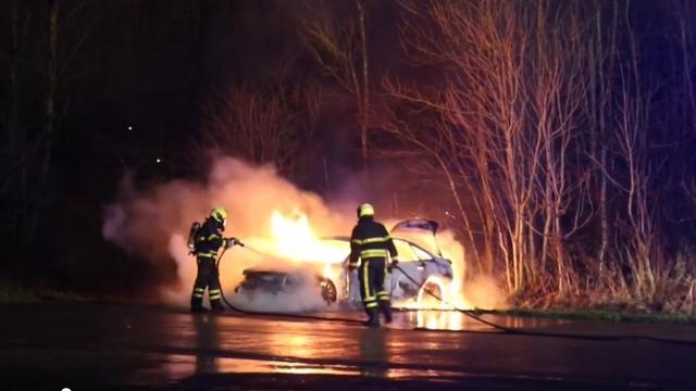 Brandweer blust autobrand in Nootdorp