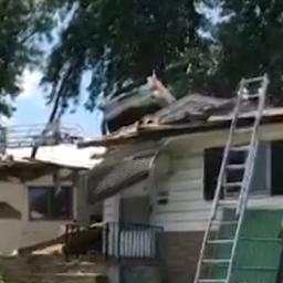 Video: Auto belandt op dak van huis in Missouri