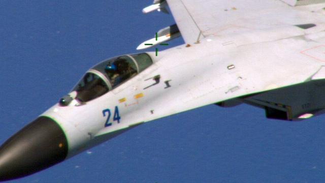 Chinese straaljagers vliegen rakelings langs vliegtuig VS