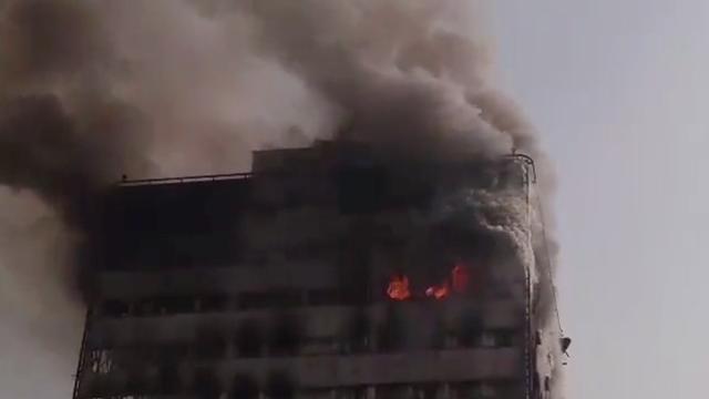 Winkeltoren van zeventien verdiepingen stort in na brand in Teheran
