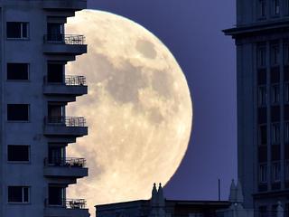 'Brokstukken van tientallen kleine inslagen vormden de maan'