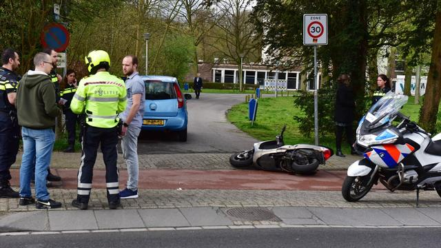 Scooterrijder in ziekenhuis na aanrijding Rijnsburgerweg