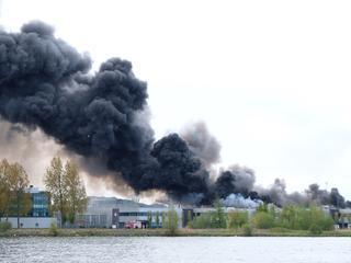 Door hevige rookontwikkeling is brand van ver te zien