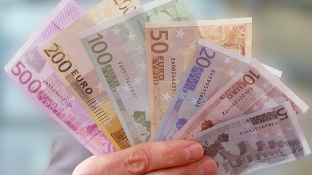 Vrouw (89) krijgt duizenden euro's terug na kapot scheuren geld