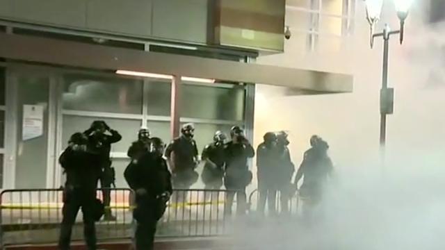Politie vuurt traangas af op demonstranten na toespraak Trump in Phoenix