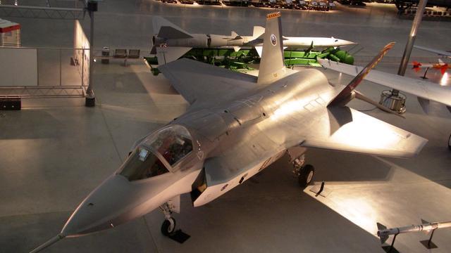 F-35 maakt rondvlucht boven vliegbasis Woensdrecht