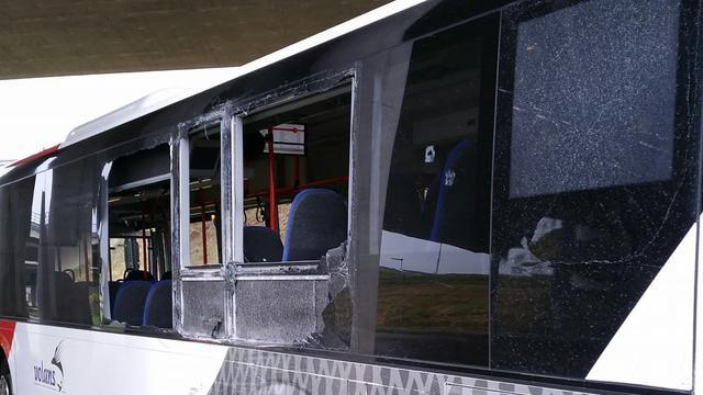 Ruiten uit bus geslagen door botsing met vrachtwagen