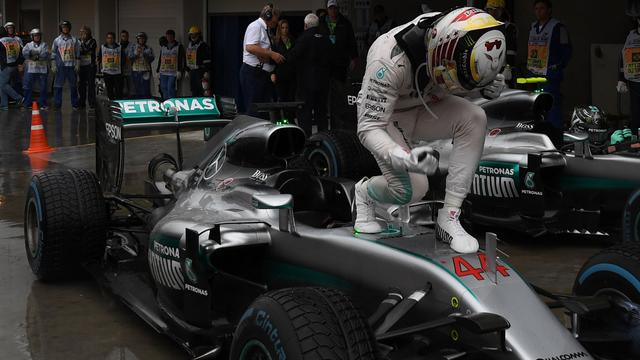 Hamilton noemt zege in regenrace 'erg makkelijk'