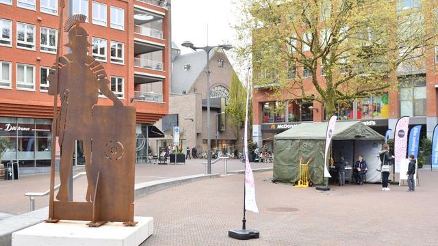 Wethouder Van Velzen opent pop-up ArcheoHotspot op Rijnplein