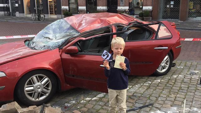 T-Rex verplettert auto's in Wilhelminastraat