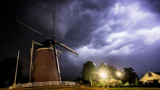 Hevige onweersbuien treffen grote delen van Nederland