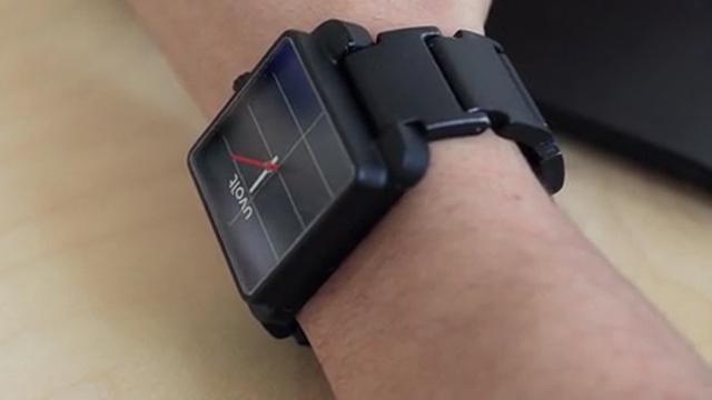 Dit horloge is een externe smartphonebatterij met zonnepanelen