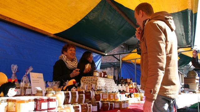 Drukte op Bijenmarkt in Hof van den Houte