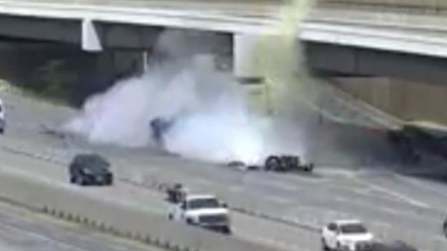 Vrachtwagenchauffeur rijdt op wegafscheiding in bij Californië