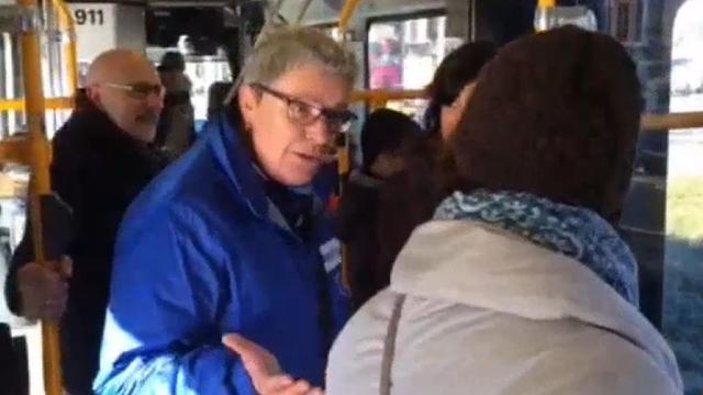 Gastvrouw ontvangt reizigers op tram 5