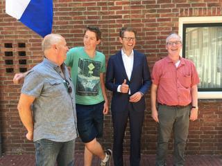 Staatssecretaris Dekker vertelt Ravelijnleerling dat hij geslaagd is