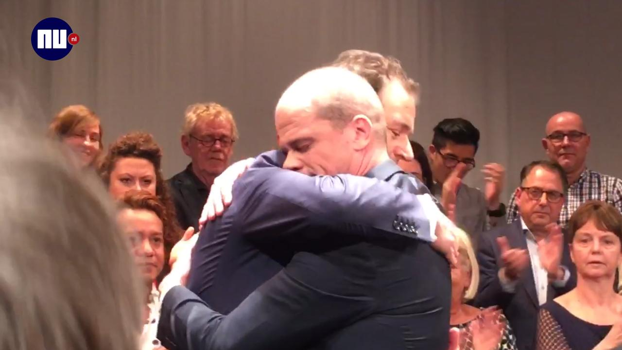Samsom knuffelt Asscher bij afscheid PvdA