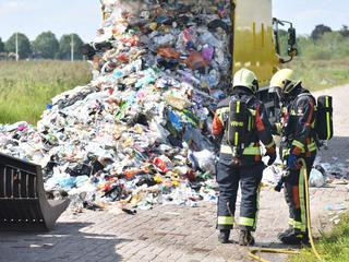 Op last van de brandweer werd de inhoud van de wagen op straat gekieperd