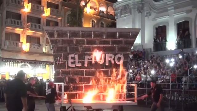 'Trumps muur' in brand gestoken als start van carnaval Mexico