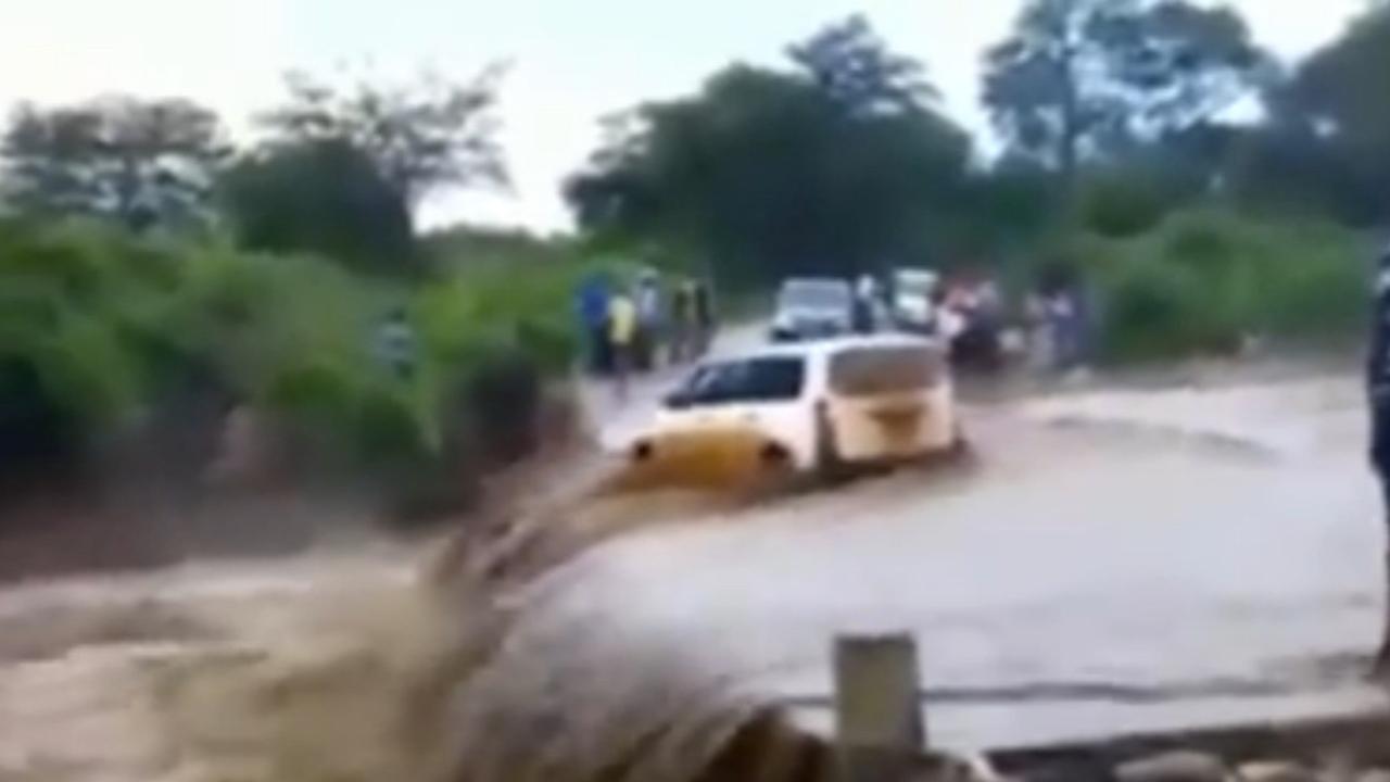 Auto wordt meegesleurd door overstroming