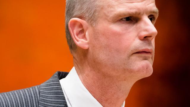 Minister Blok is tegen hoofddoek voor agenten