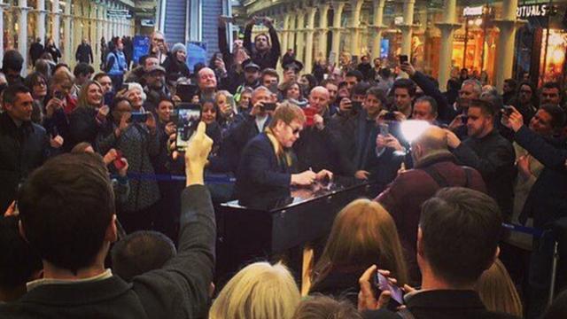 Elton John verrast Engelse treinreizigers met optreden