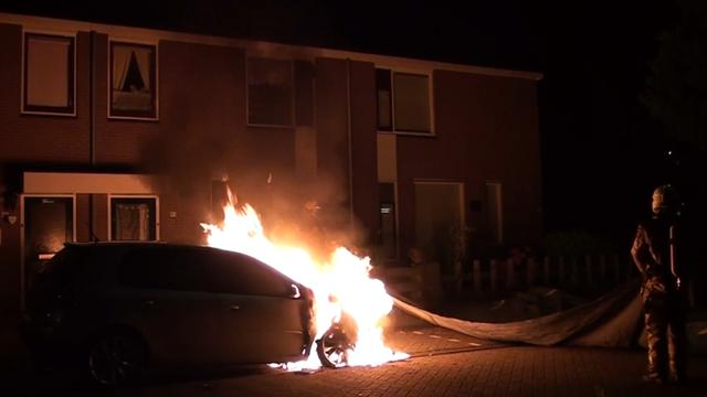 Brandweer blust autobrand Deventer met blusdeken