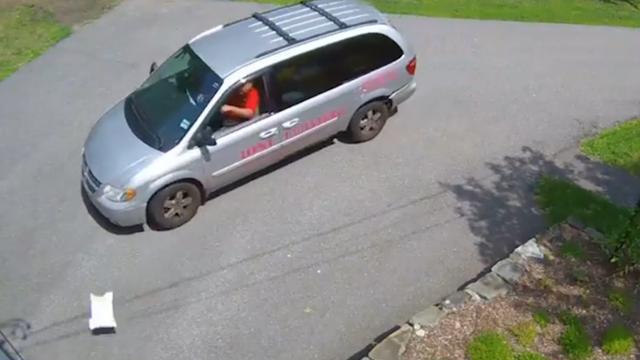 Amerikaanse postbezorger gooit pakket uit het raam