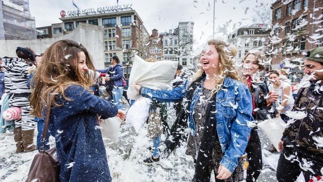 Amsterdammers houden groot kussengevecht op de Dam