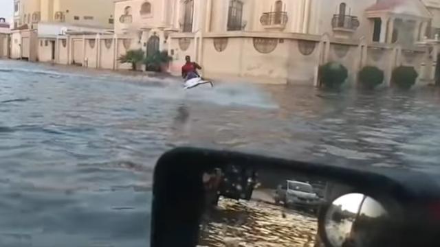 Man vaart op jetski door ondergelopen straten Saoedi-Arabië