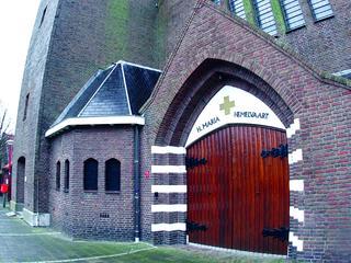 Kerkgangers komen te voet, met de fiets of met koets en paard naar gebedshuis