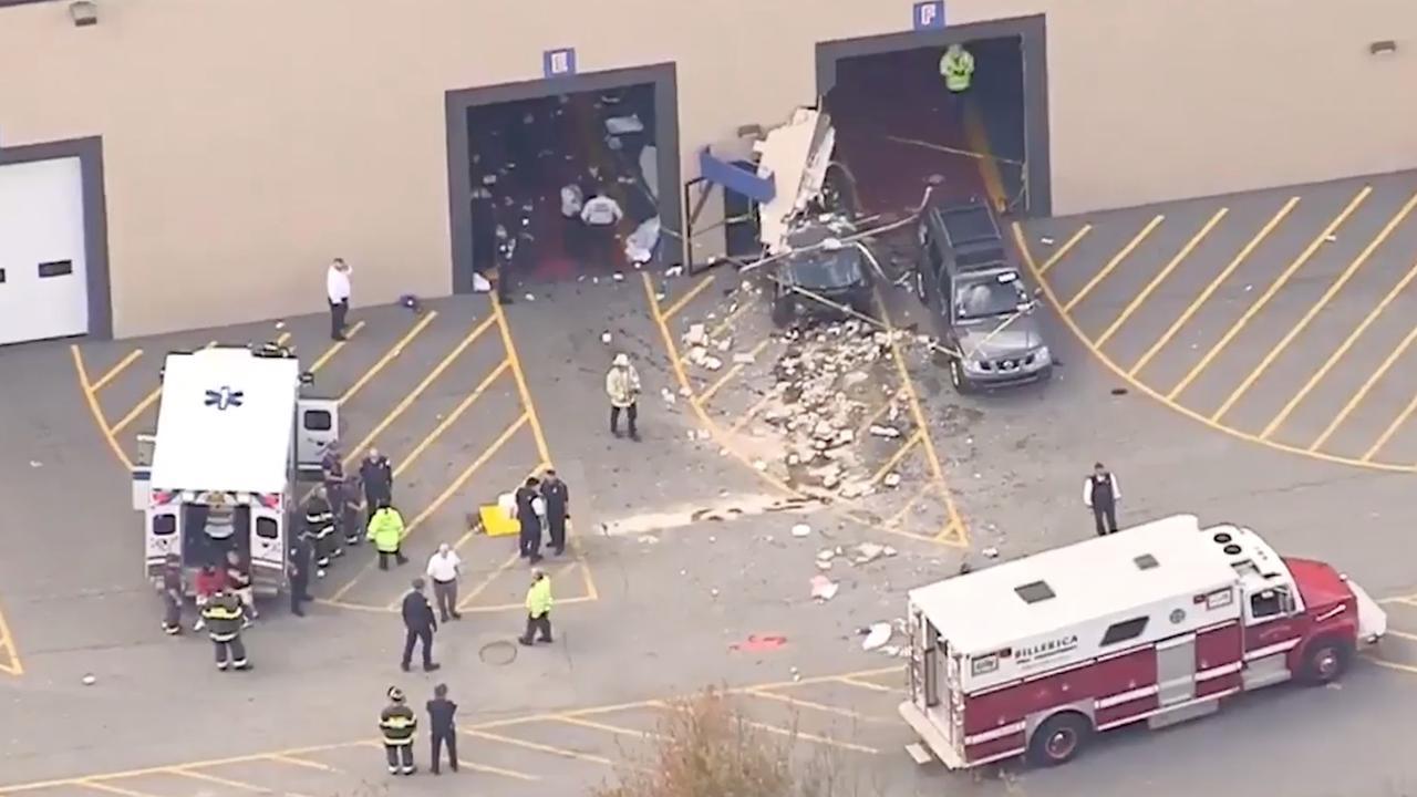 Enorme ravage nadat auto gebouw doorboort in Massachusetts