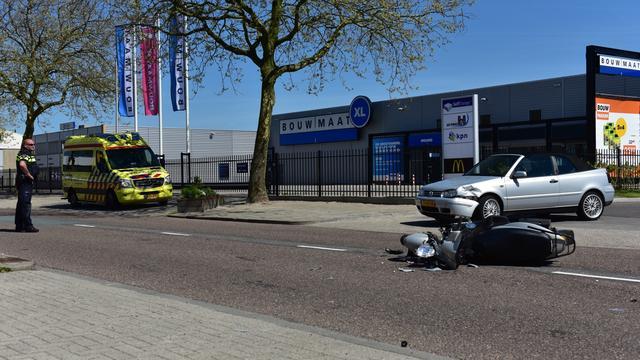 Auto botst op scooter in Rooseveltstraat