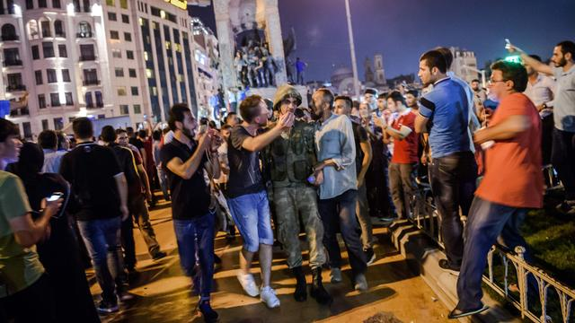 In beeld: Couppoging door leger in Turkije