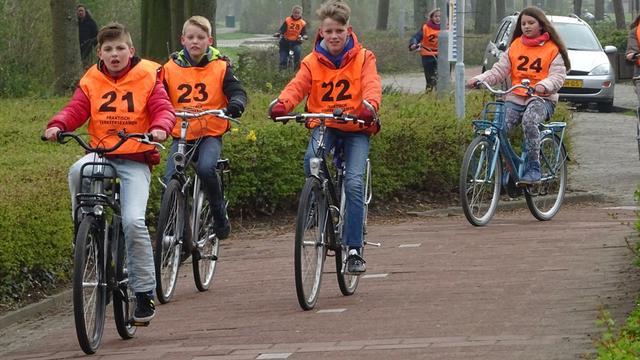 Alphense scholieren leggen praktisch fietsexamen af