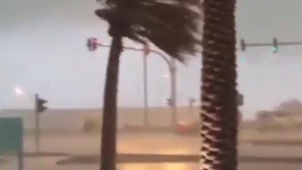 Noodweer legt Verenigde Arabische Emiraten lam