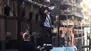 Bebloede man zwaait met keukenmes op straat in Sydney