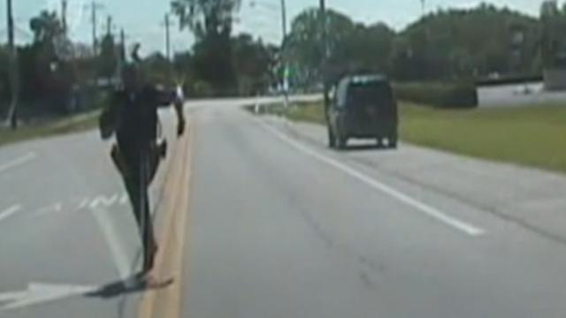 Politieagent vergeet handrem en moet achter dienstauto aan in Miami