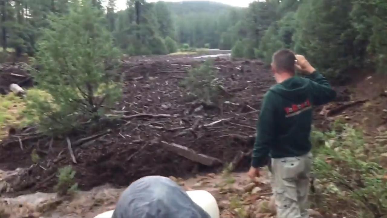Wandelaars filmen plotselinge overstroming in Arizona