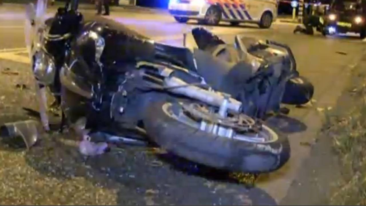Motorscooter knalt op stilstaande auto bij verkeerslichten