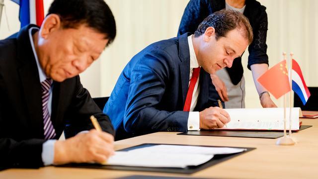 Asscher maakt afspraak met China over dubbele sociale premies