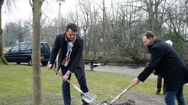 Wethouder plant eerste 'Nudge' boom in Wilhelminapark (video)