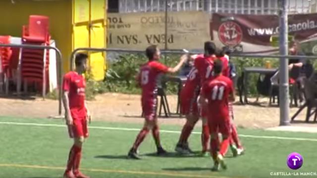Spaanse voetballer maakt mooie actie vanaf eigen helft