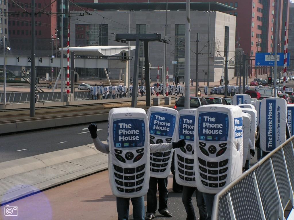 Honderdvijftig mobiele telefoons wandelen over Erasmusbrug vanwege de ...