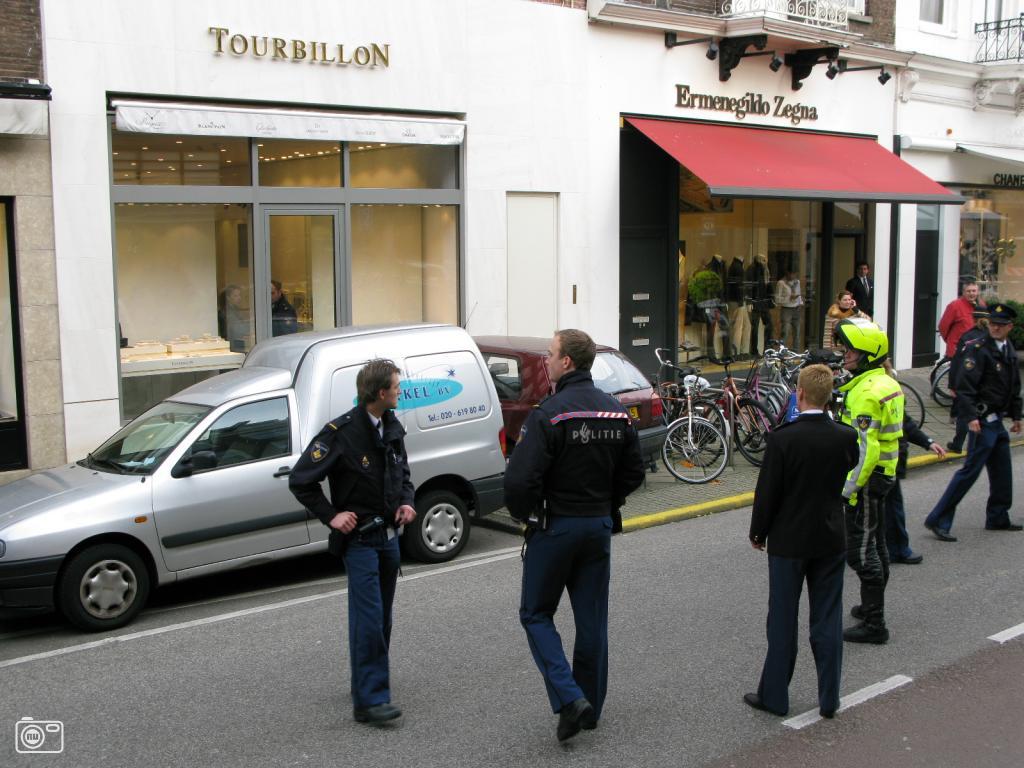 Tassenzaak Amsterdam : Ramkraak bij tassenwinkel in pc hooftstraat foto