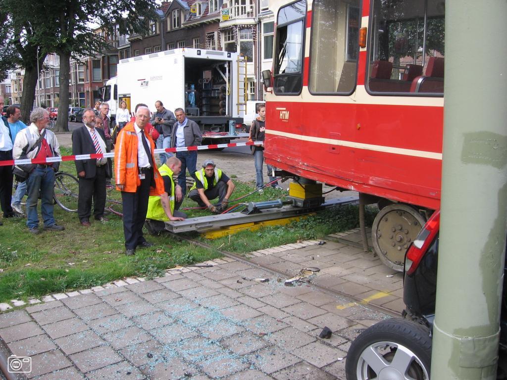 Tram rijdt auto klem in den haag pictures for Auto interieur reinigen den haag